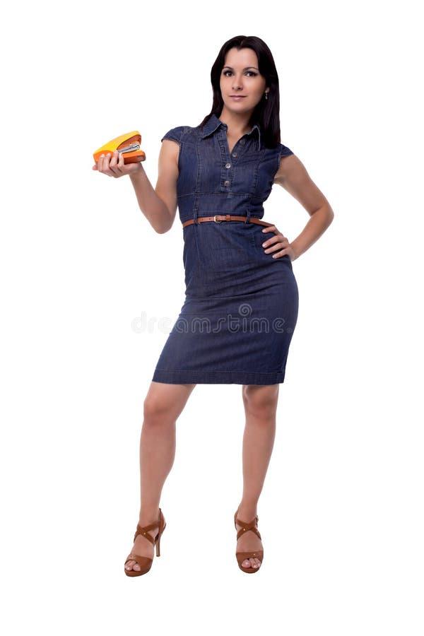 Plein corps de femme d'affaires dans la robe avec l'agrafeuse d'isolement sur le blanc images libres de droits