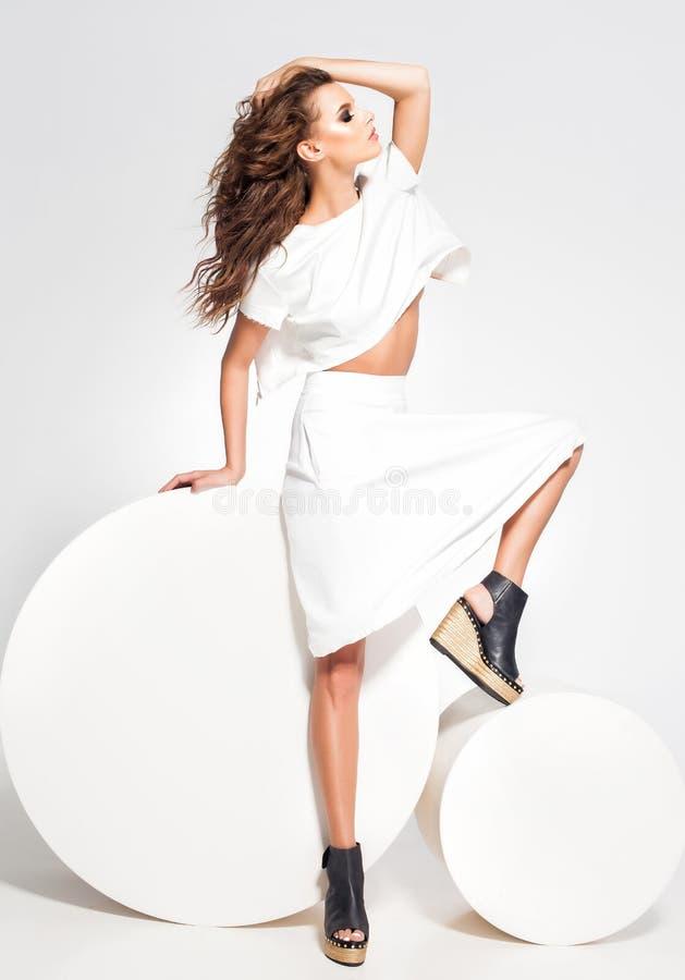Plein corps de la pose modèle de belle femme dans la robe blanche dans le studio photos stock