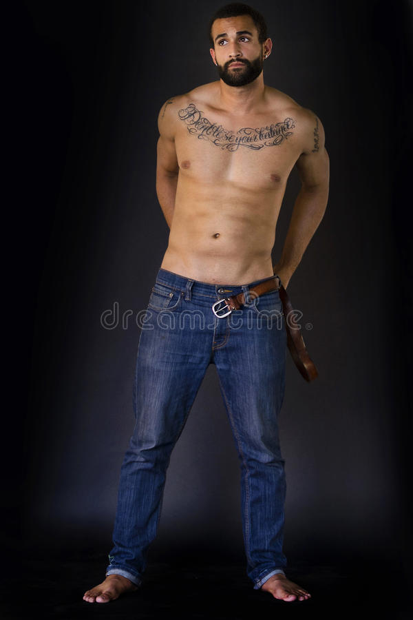 Plein corps tiré de l'homme dans des jeans photos libres de droits