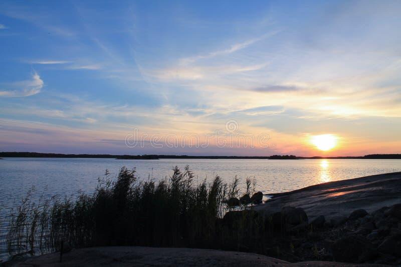 Plein coucher du soleil de mer de couleur images libres de droits