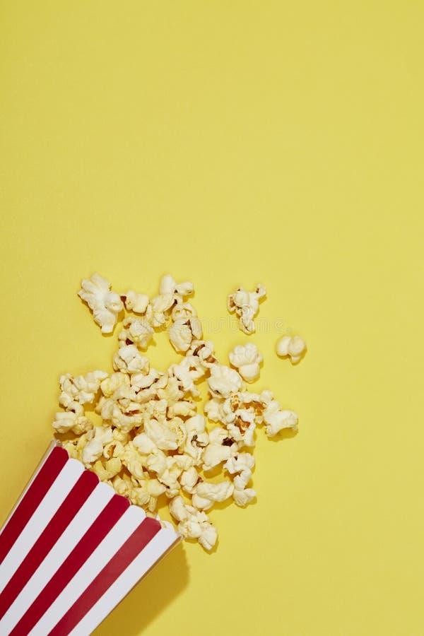 Plein du maïs éclaté dans la boîte rayée classique image libre de droits