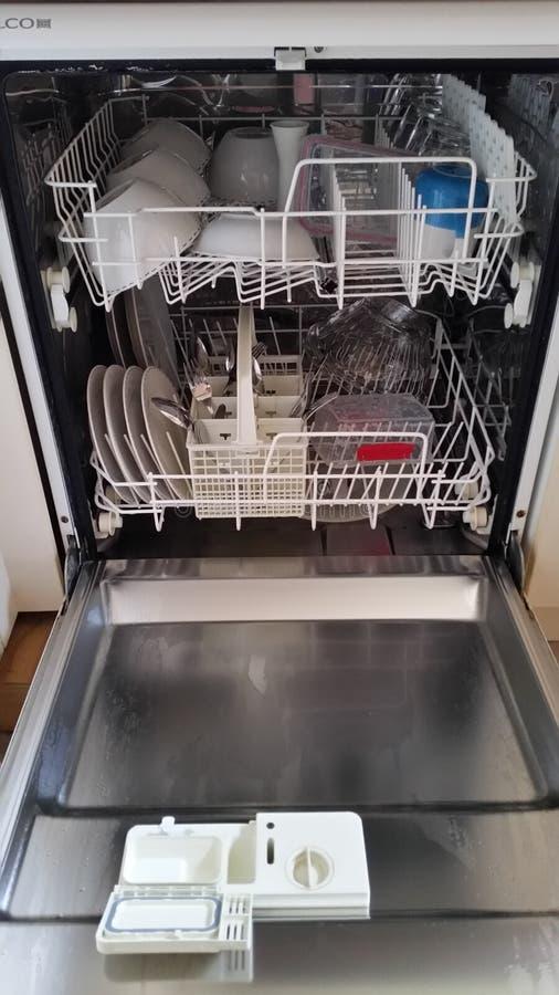 Plein lave-vaisselle photo libre de droits