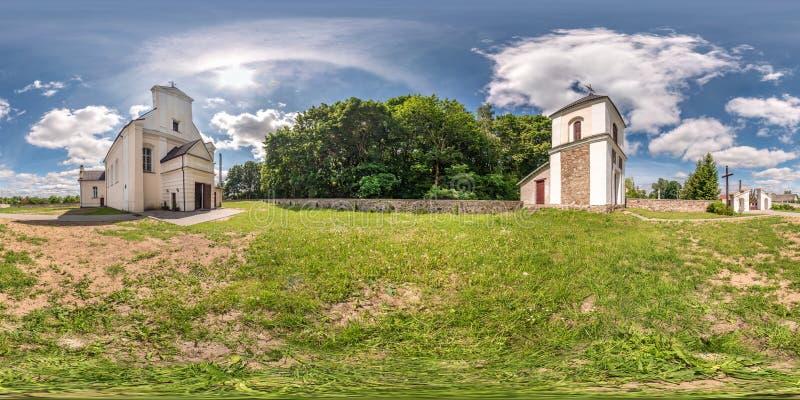 Plein panorama sans couture de hdri 360 degrés d'angle de façade de vue d'église dans l'architecture gothique et baroque médiéval photo stock