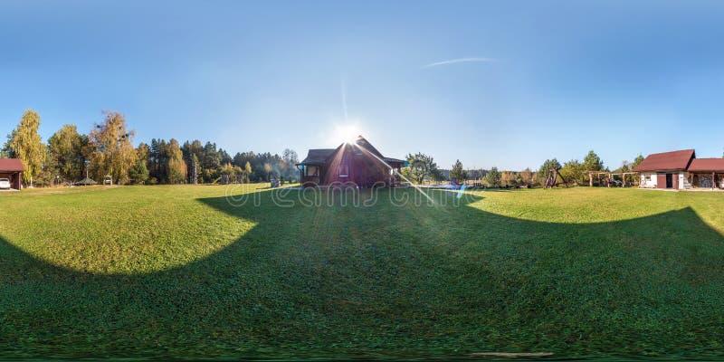 Plein panorama sans couture de vue d'angle de 360 degrés en dehors de maison en bois de village de vacances dans le jour égalisan photos libres de droits
