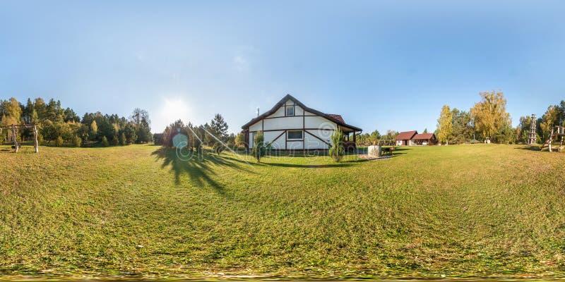 Plein panorama sans couture de vue d'angle de 360 degr?s en dehors de maison en bois de village de vacances dans le jour ?galisan photo libre de droits