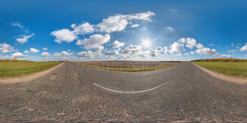 Plein panorama sans couture sphérique 360 degrés de vue d'angle sur aucune route goudronnée du trafic parmi des champs dans le jo image libre de droits