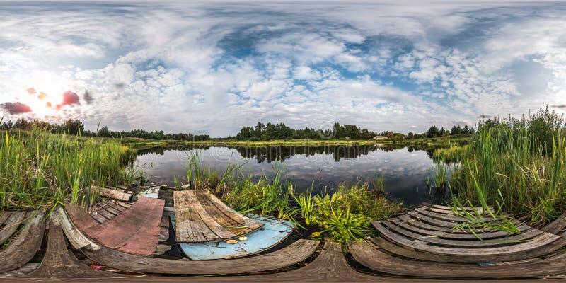 Plein panorama sphérique sans couture 360 par vue d'angle 180 sur le rivage avec des déchets de petit lac dans la soirée ensoleil image libre de droits