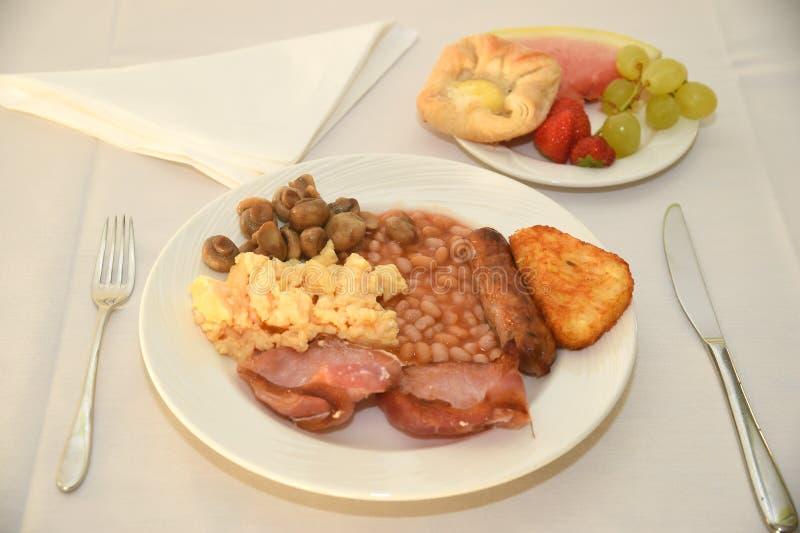 Plein petit déjeuner anglais avec le fruit et les pâtisseries images stock