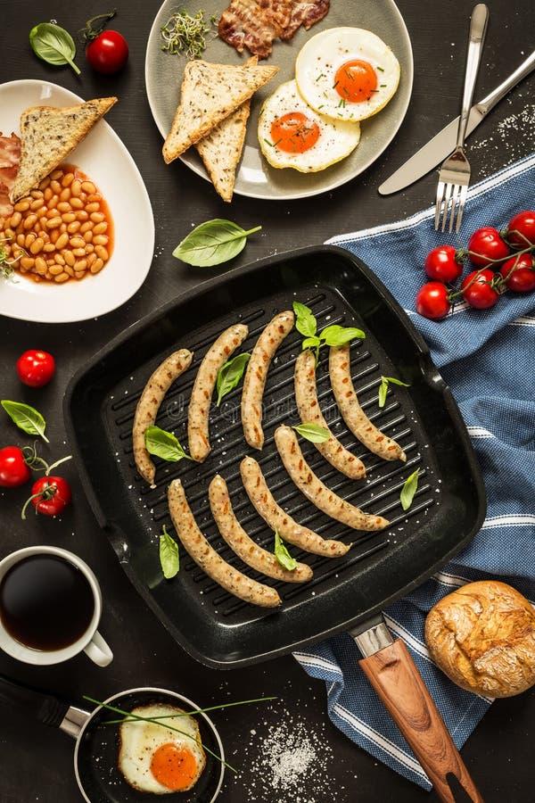 Plein petit déjeuner anglais sur le fond noir de tableau photos libres de droits