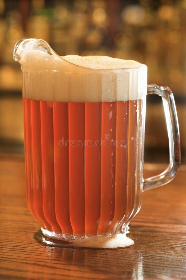 Plein pichet de bière photo stock