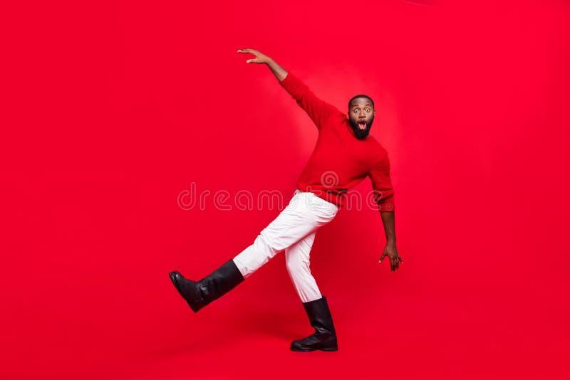 Plein pied vue de son corps beau joyeux joyeux et joyeux imbécile maladroit barbu amusant photo libre de droits