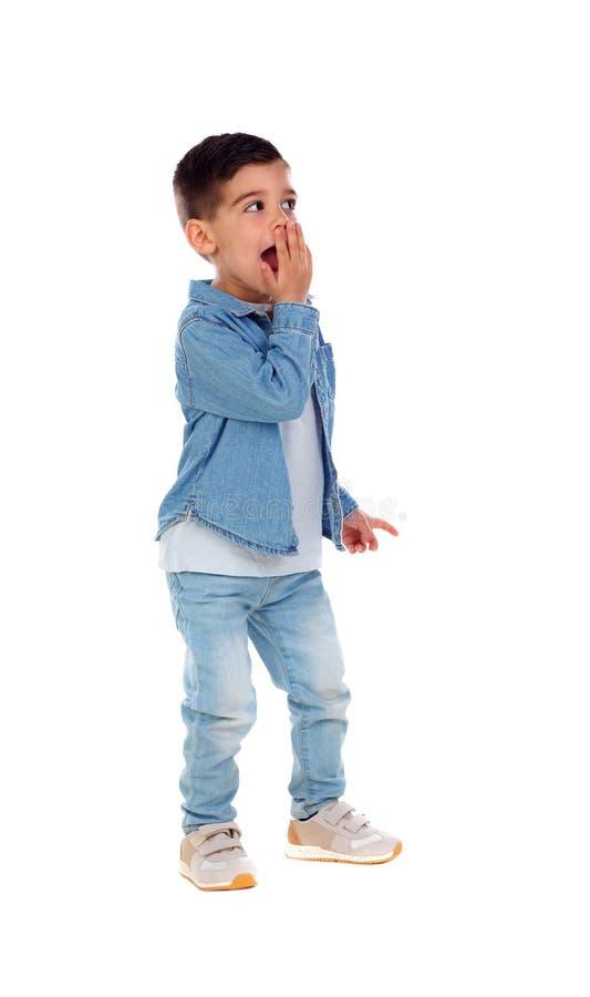 Plein portrait d'enfant gitan avec des jeans photos libres de droits