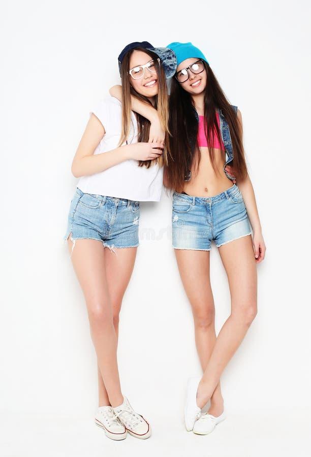 Plein portrait de corps de deux filles de hippie au-dessus du fond blanc photographie stock libre de droits