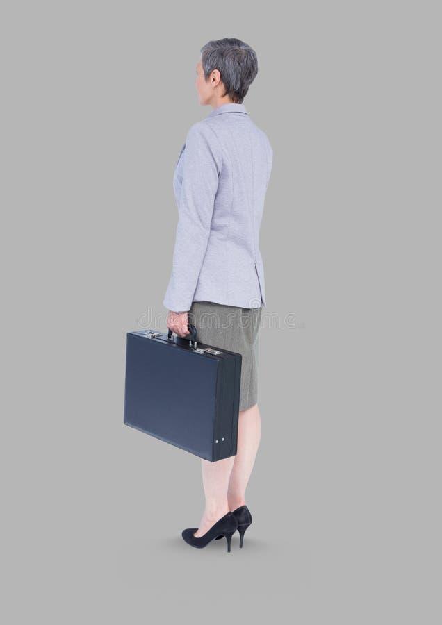 Plein portrait de corps de femme d'affaires se tenant avec le fond gris image libre de droits
