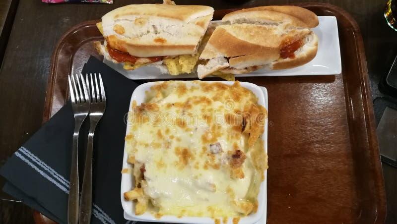 Plein repas dans le restaurant image libre de droits