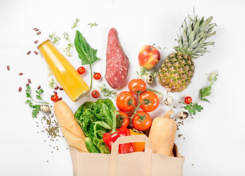 Plein sac de papier de nourriture saine sur le fond blanc photos libres de droits