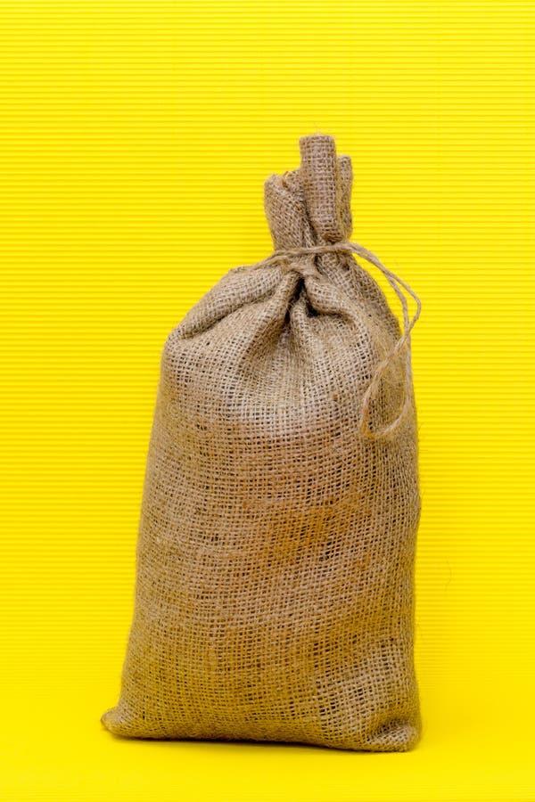 Plein sac noué sur un jaune photos libres de droits