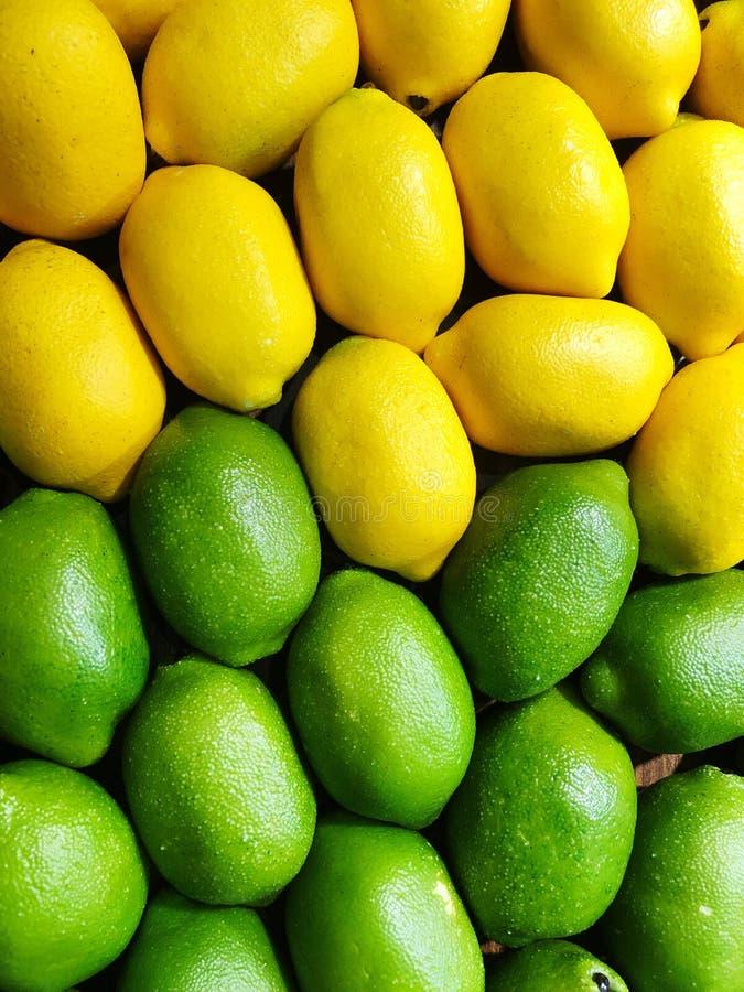 Plein tir de cadre des citrons verts et jaunes de couleurs photos libres de droits