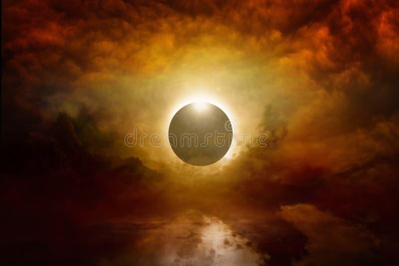 Pleine éclipse du soleil en ciel rouge foncé, extrémité de monde images stock