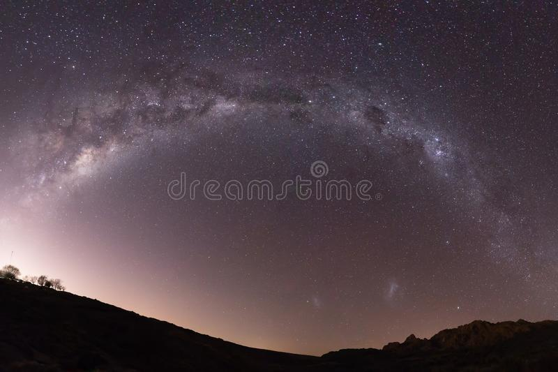 Pleine étoile de galaxie de manière laiteuse d'en demi-cercle tirée à travers le paysage photo libre de droits