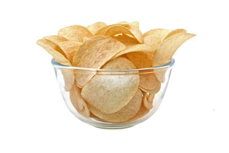 Pleine cuvette avec des pommes chips d'isolement sur le blanc photos stock