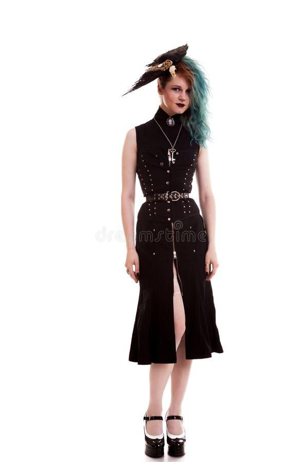 Pleine femme de corps dans le costume de pirate d'isolement au-dessus du fond blanc photos stock