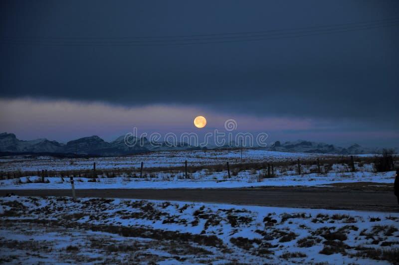 Pleine lune établissant dans le Canadien Rocky Mountains image stock
