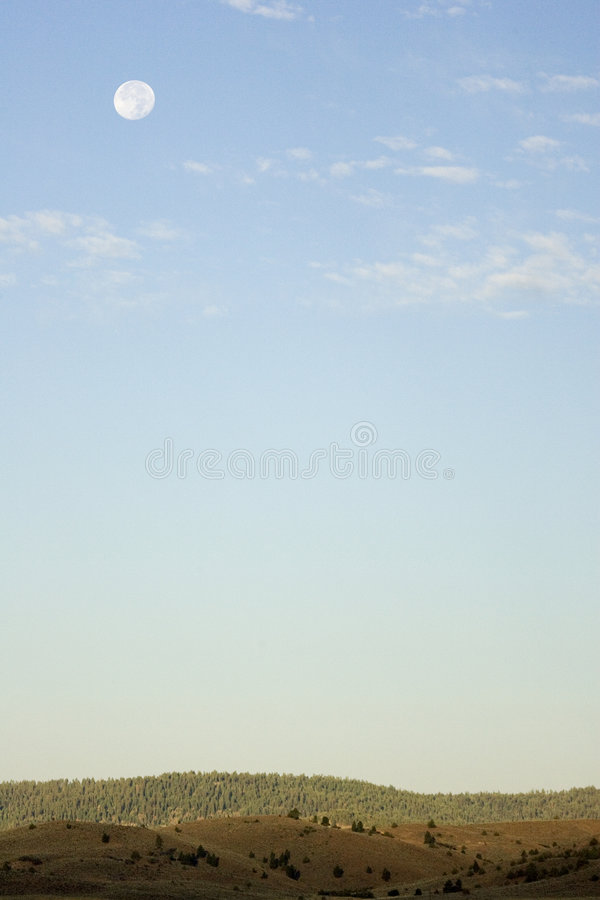 Pleine lune au-dessus d'horizon image stock