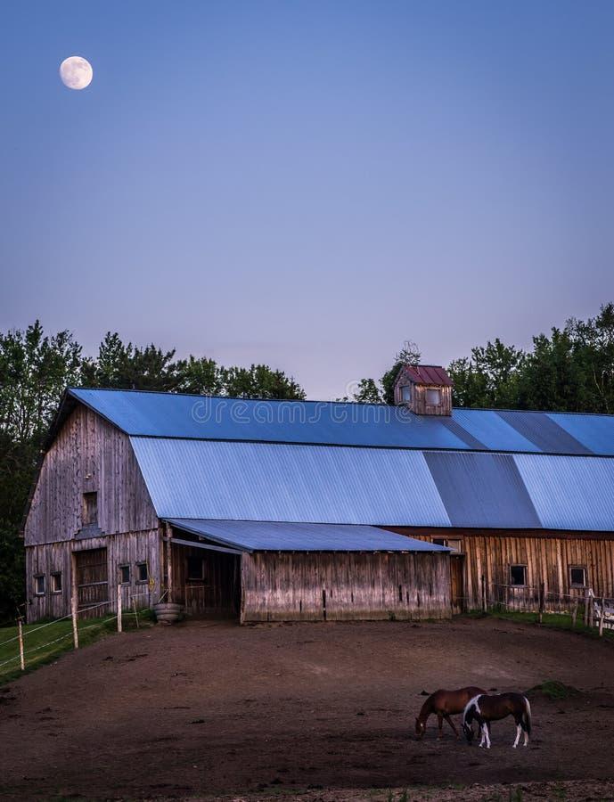 Pleine lune au-dessus de grange du Vermont photo libre de droits