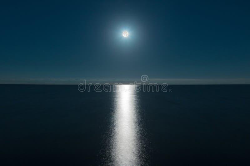 Pleine lune au-dessus de mer image libre de droits