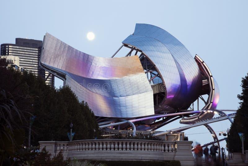 Pleine lune au-dessus de pavillon de Jay Pritzker photos libres de droits