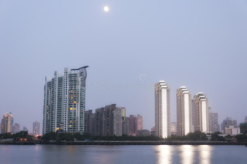 Pleine lune au-dessus de Pudong Changhaï photos libres de droits