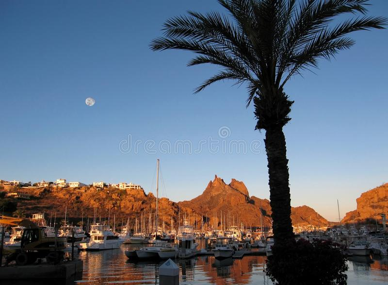 Pleine lune au-dessus de San Carlos Marina, Mexique photographie stock