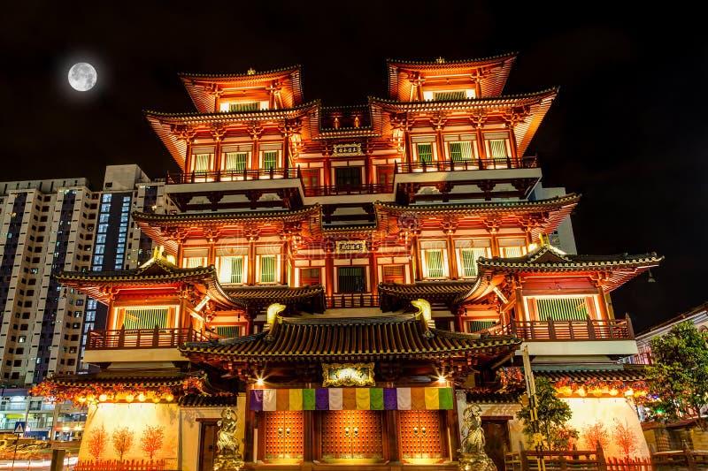 Pleine lune au-dessus de temple chinois à Singapour Chinatown photo stock