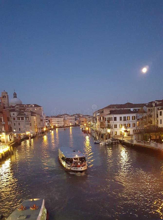 Pleine lune au-dessus du cannel à Venise photographie stock libre de droits