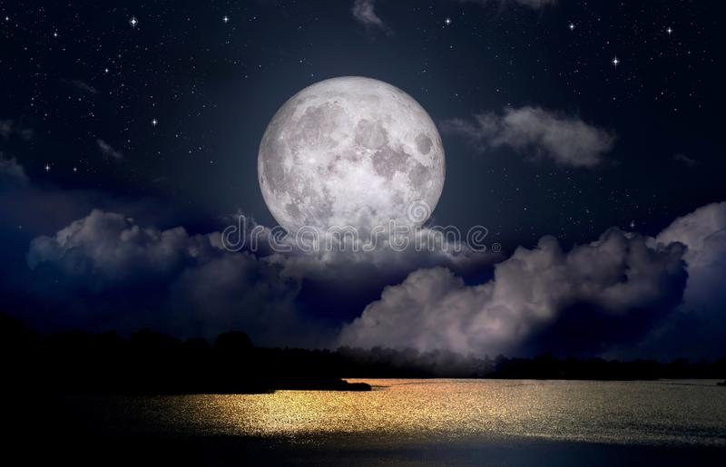 Pleine lune au-dessus du lac de nuit images stock