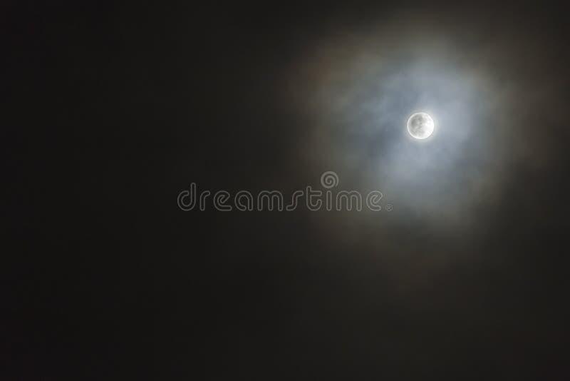 Pleine lune avec des nuages en novembre photographie stock