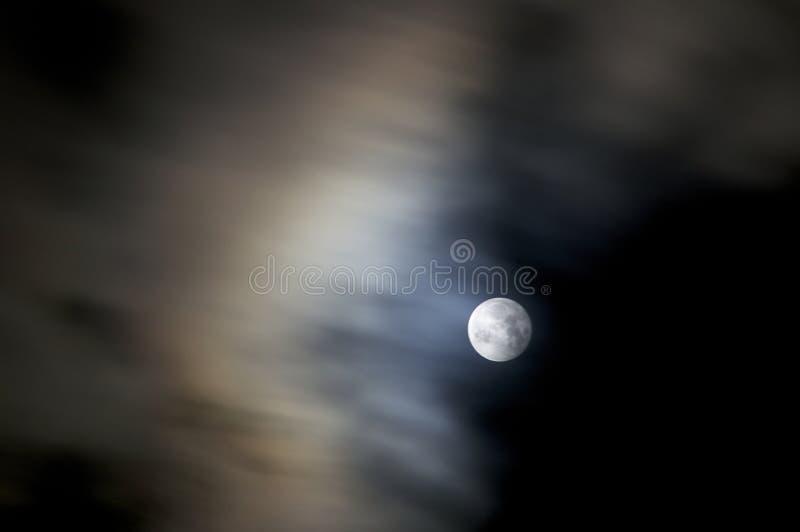 Pleine lune avec les nuages rapides image stock