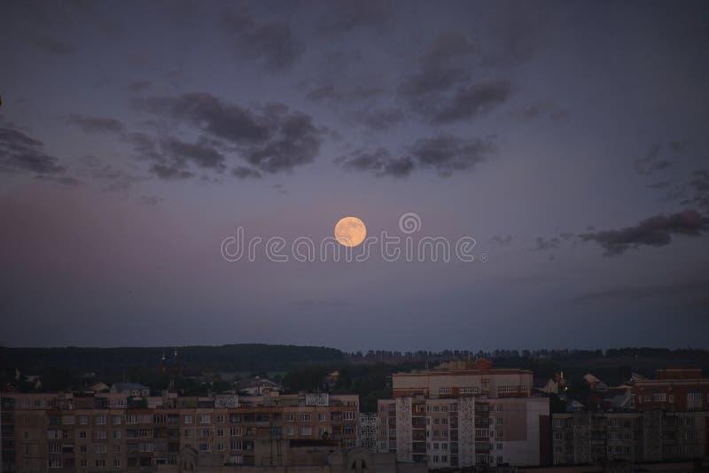 Pleine lune dans la ville photo stock