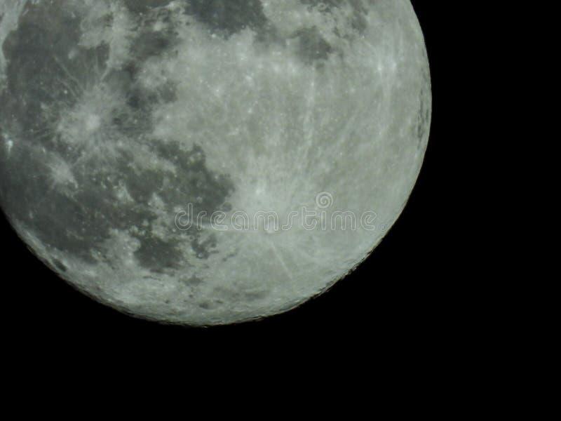 Pleine lune dans le ciel nocturne étoilé photographie stock