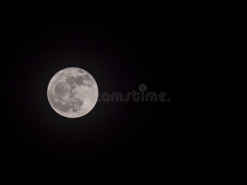 Pleine lune dans le ciel nocturne avec le copyspace photographie stock