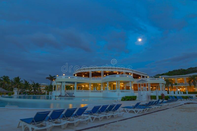 Pleine lune dans un ciel bleu au-dessus de la station de vacances grande Jamaïque les Antilles de palladium image stock