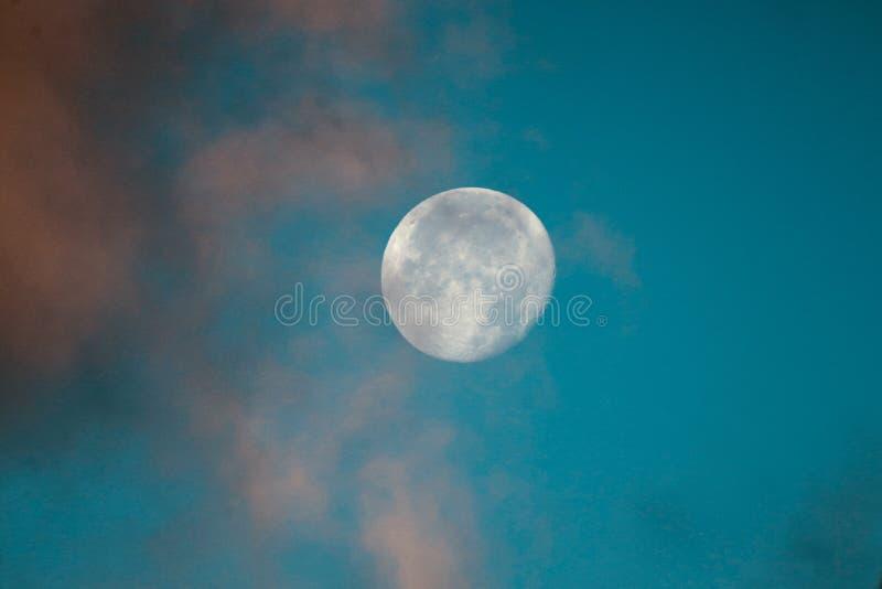 Pleine lune de récolte dans les cieux d'automne images stock