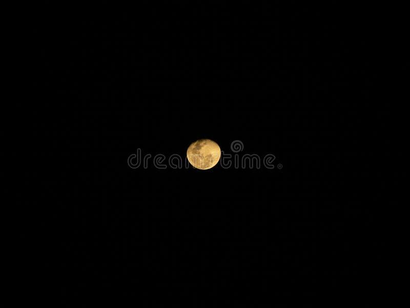 Pleine lune derrière des nuages la nuit image libre de droits