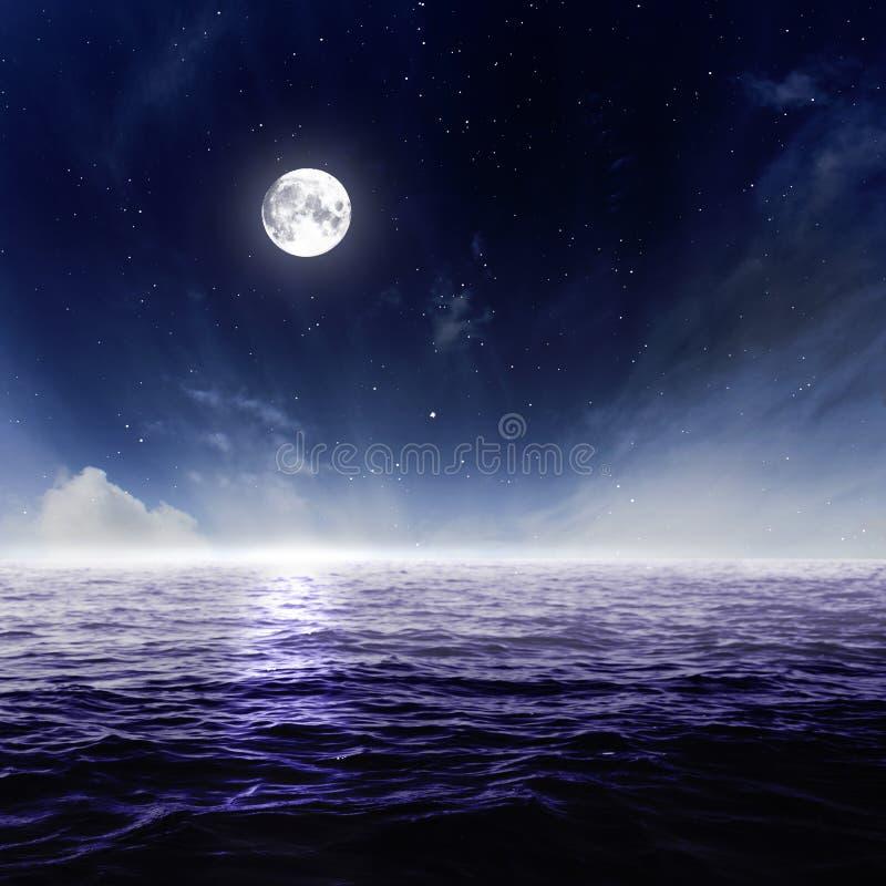Pleine lune en ciel nocturne au-dessus de l'eau éclairée par la lune images stock