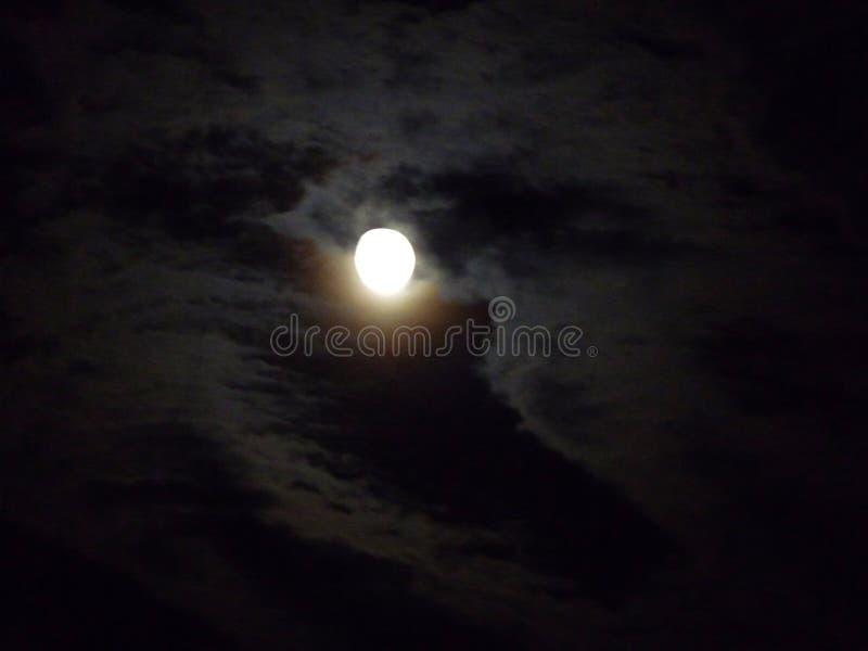 Pleine lune et nuages photos libres de droits