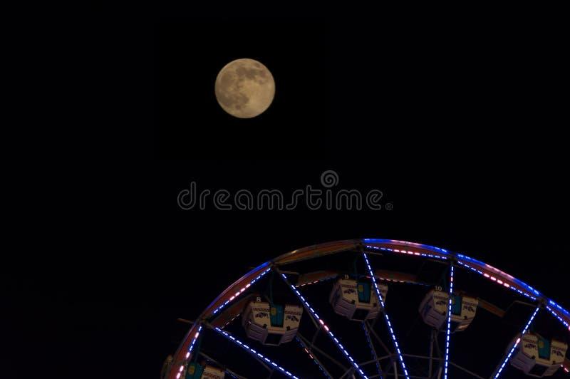 Pleine lune et une grande roue images stock