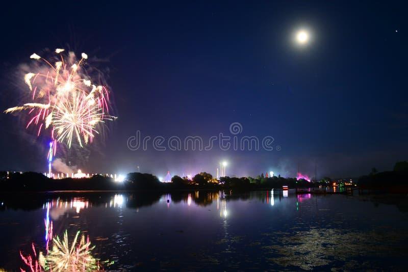 Pleine lune, feux d'artifice et amusement à l'île du festival 2108 de Wight photographie stock libre de droits