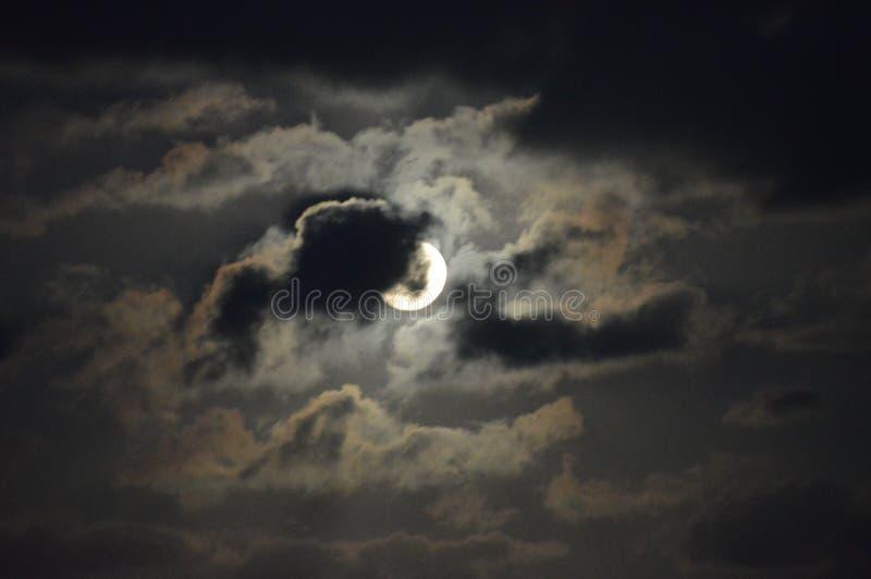 Pleine lune opacifiée pendant la nuit photos stock