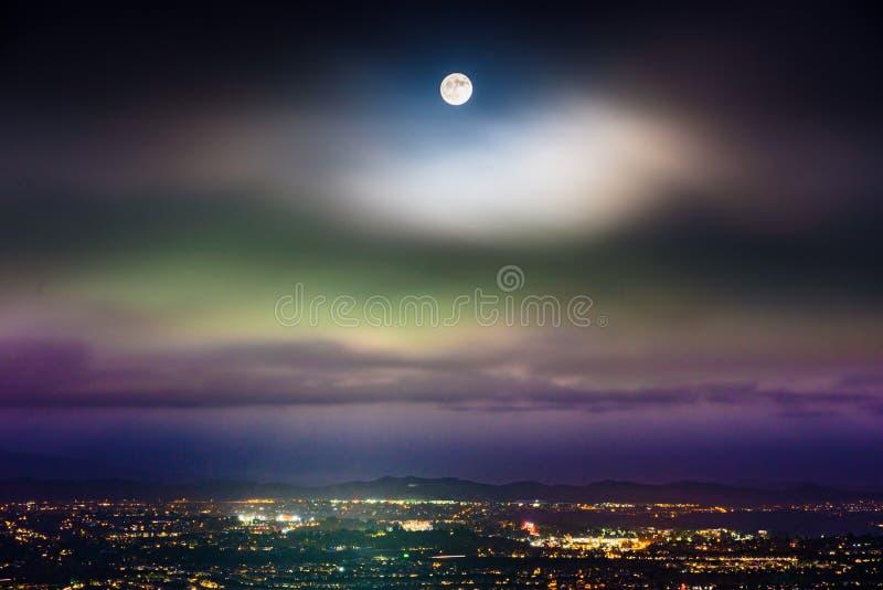 Pleine lune se levant au-dessus du Comté d'Orange, la Californie image stock